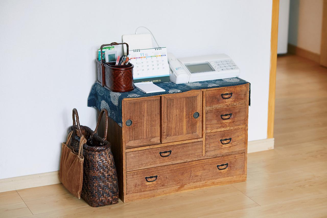 画像: 文具やリモコンは、居間の簞笥の上の小さなかごに。簞笥の横は外出バッグの定位置