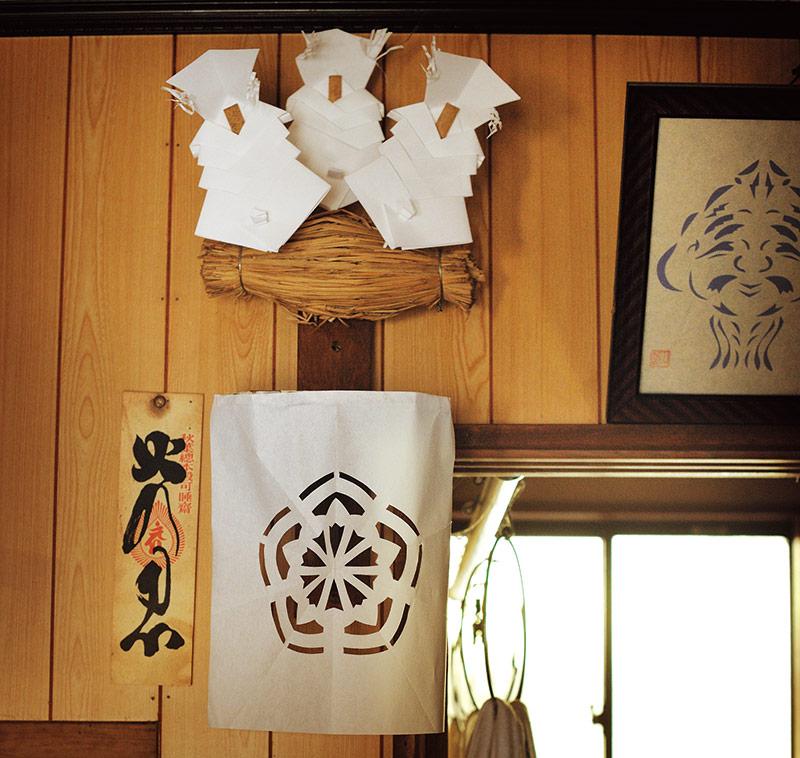 """画像: 台所に飾ってある""""台所の神さま""""。毎年お正月に房子さんのご主人がつくり祭っている"""