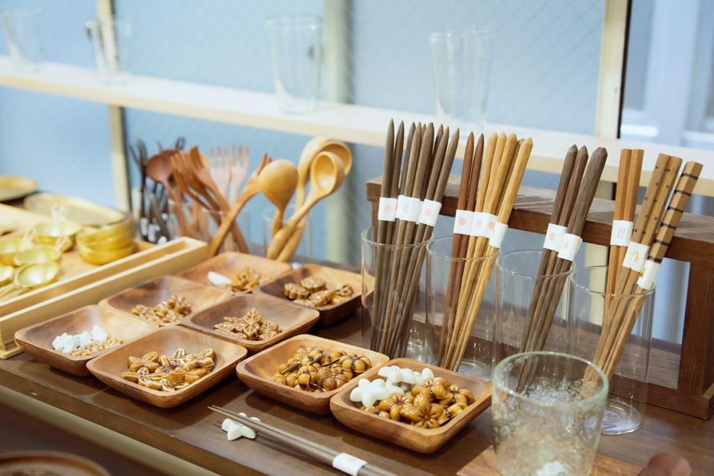 画像: 手づくりのカゴやカトラリーなど生活雑貨も充実。製造元と相談しながらつくった箸は、先が細めで使いやすく、リピーターも多い