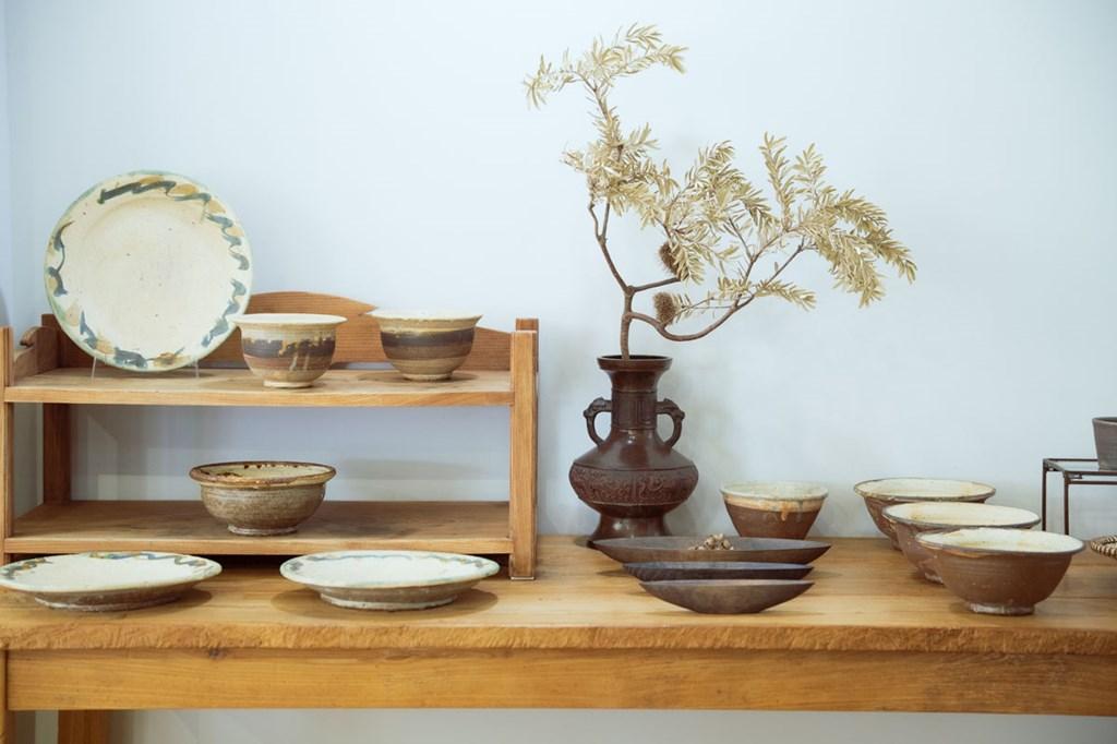 画像: 陶器や磁器、木工、ガラスなど、幅広い器が揃います。写真は、滋賀県の作家、七尾うた子さんの作品で、土の持つ力強さとアンティークな雰囲気が魅力