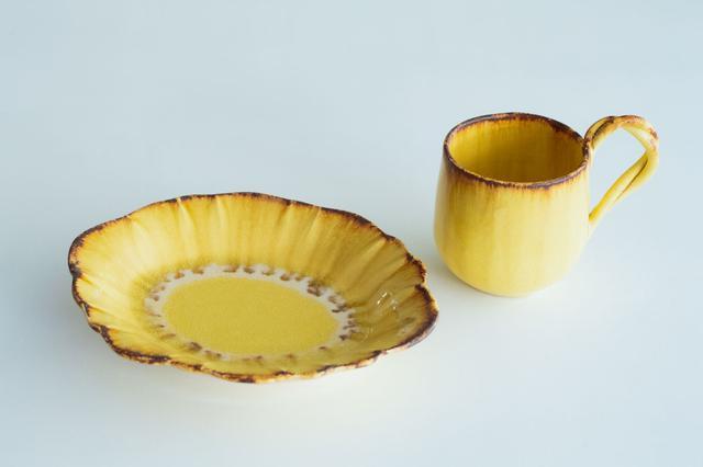 画像: 「輪花オーバルプレート黄色」と「ねじねじカップ」。使うほどに色に深みが増し、育てる楽しさもあります