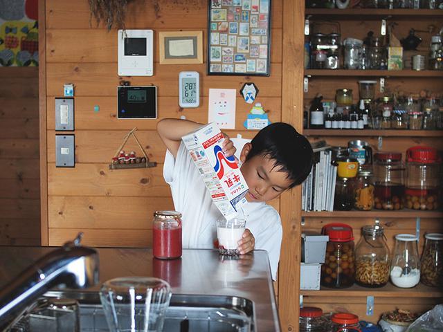 画像: 汗だくで下校してきた息子は冷蔵庫へ直行。まずは冷たいすもも牛乳でクールダウン。おつかれさま