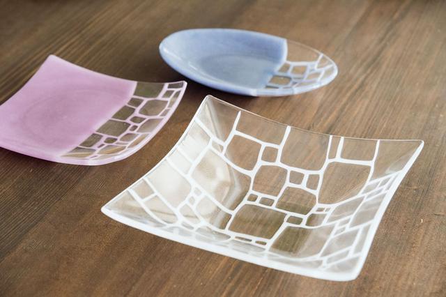 画像: モザイク模様の器を中心に制作するサブロウさん。手前から右回りに「角深鉢大a白」「角皿すみあげ中bきょうふじ」「楕円皿中bふたあい」