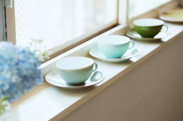 画像: 柔和で美しい色合いのカップ&ソーサーは、佐賀県有田町で作陶する中原真希さんのもの