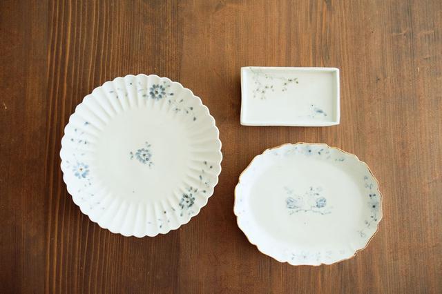 画像: やさしいタッチで描いた染付が人気の佐藤もも子さん。左から右回りに、「染付三方天竺牡丹文七寸菊割皿」「染付掛分鳥木文切立四方小皿」「染付番長文オーバル六寸皿」