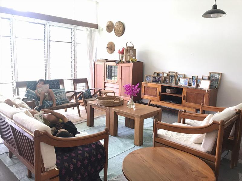 画像: 自宅のインテリアは、新居の大家さんにお借りしたものと中古家具を中心に。すべて長年大切に使われ続けてきたもの