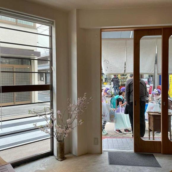 画像: 子どもたちと夫の後ろ姿を、千恵さんがパチリ。いい夫婦、いいお店です