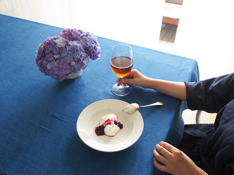 画像: この日は自家製のパンナコッタとアイスティー。「ウーフ」の紅茶を常温で