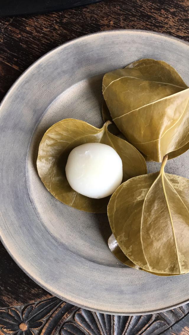 画像: 山帰来の葉で包んだ、葉もち。淡路島産なるとオレンジあん、いも柚子バターあんなど、季節ごとにあんが変わる