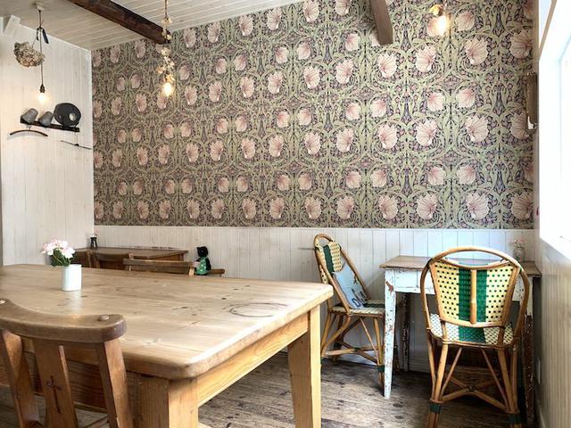 画像: カフェロッタのウィリアム・モリスの壁紙は、パリの大好きなカフェと同じ柄