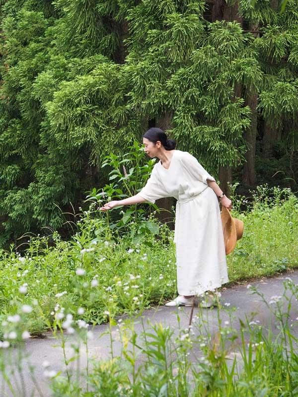 画像: 季節の草花のかわいらしさに心いやされます。ウエストベルトはゆるめに結んで