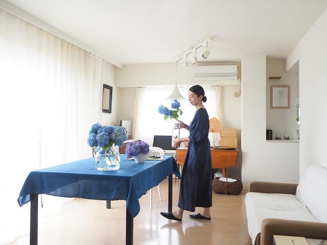 画像: テーブルクロスはいつもの白からとっておきの藍染に。家で過ごすリラックスタイム