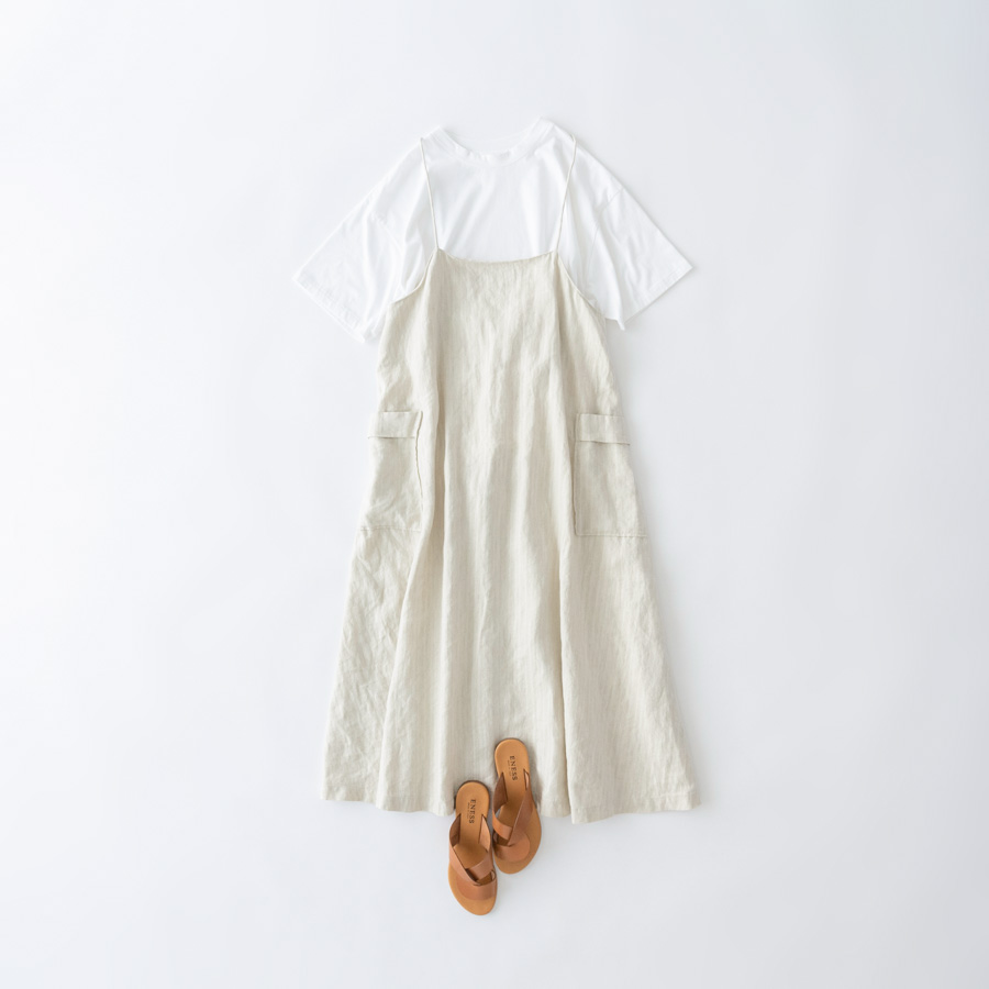 画像: Tシャツ 11,000円/プレインピープル青山 サンダル 15,400円/エネス(ヒューマンウーマン そのほか、スタイリスト私物