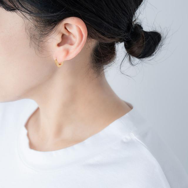 画像: Tシャツ 11,000円/プレインピープル青山 Uラインピアス 4,500円/ラピエサージュ(ナンバー吉祥寺店)
