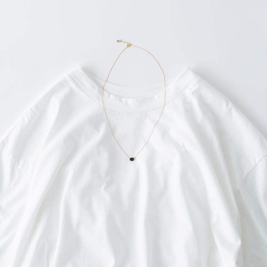 画像: Tシャツ 11,000円/プレインピープル青山 スクエアストーンネックレス 4,800円/ラピエサージュ(ナンバー吉祥寺店)
