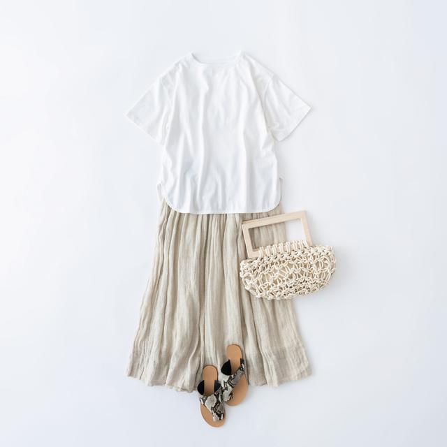 画像: Tシャツ 8,800円/ヒューマンウーマン スカート 26,000円/ヴェリテクール バッグ 44,000円/アリエニーナ(プレインピープル青山) そのほか、スタイリスト私物