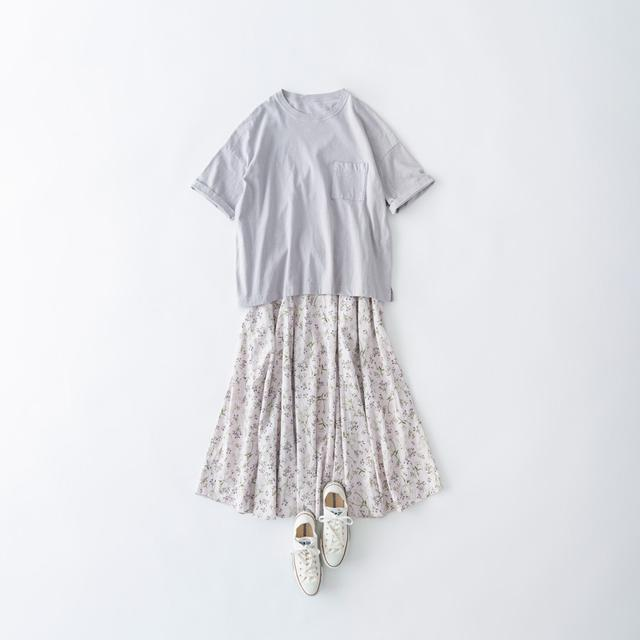 画像: ポケットTシャツ 10,450円/ネストローブ 表参道店 フラワープリントスカート 31,900円/ そのほか、スタイリスト私物