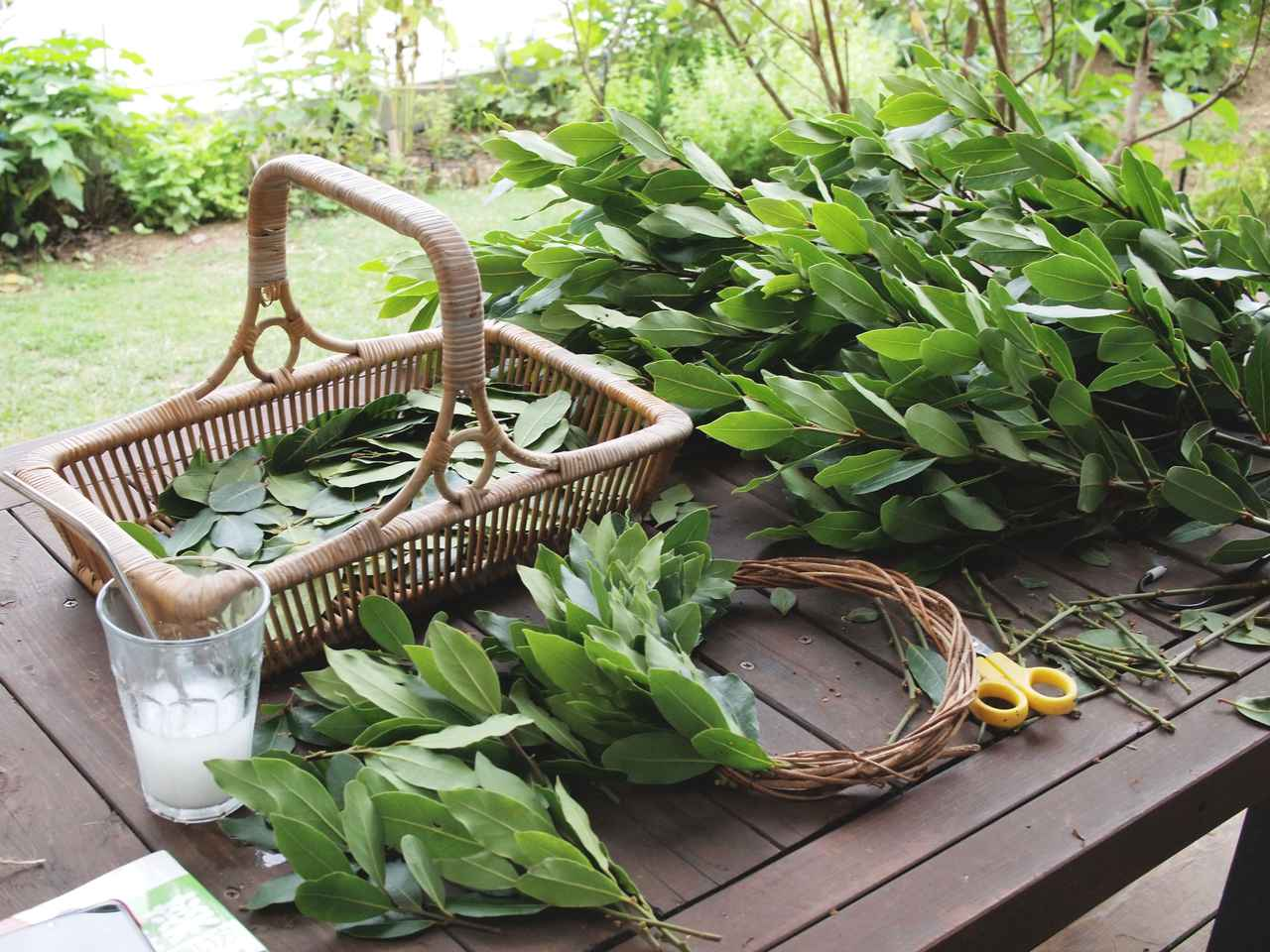 画像: 台座は庭のあけびの蔓。手を動かしているあいだ中も、月桂樹(ローリエ)特有の甘い香りに包まれます