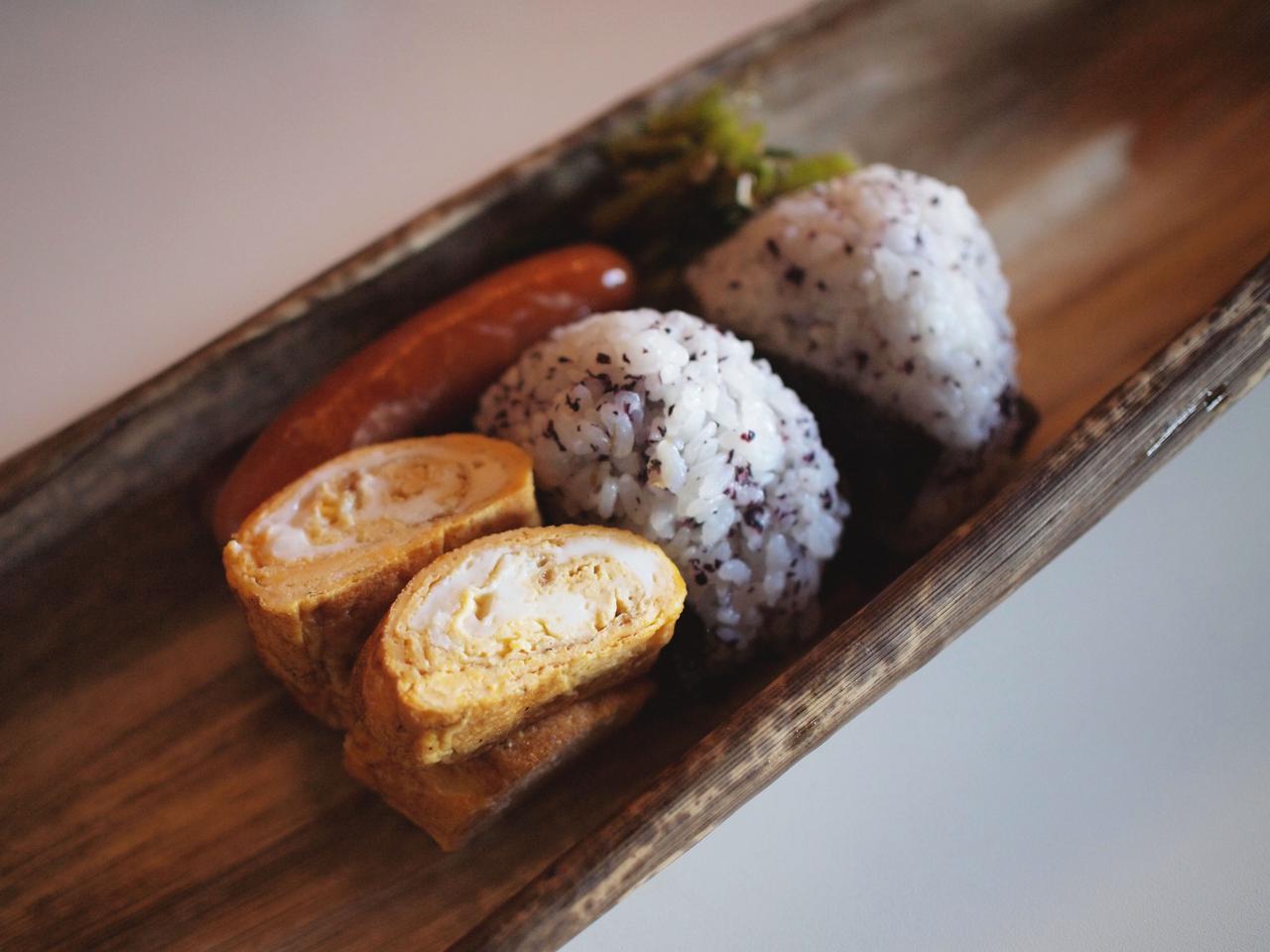 画像: 何てことないシンプルなお弁当の中身も、竹皮のさわやかないい香りがして、よりおいしく感じます