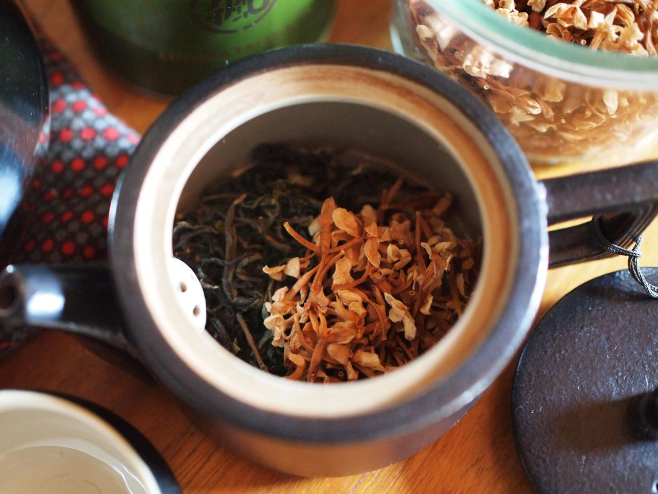 画像: ジャスミンの摘みたての花の香りを緑茶などの茶葉にうつすのが正解のようですが、カビが気になるので個別で乾燥させて、飲むときにブレンドする方法で楽しんでいます。ベースの茶葉は息子も大好きな文山包種茶