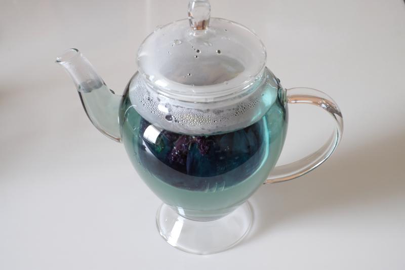 画像: バタフライピーはマメ科の草花。今回は花を乾燥してつくられた、タイ産のバタフライピー茶を使用。レモンなど、柑橘系のクエン酸を垂らすと青から紫に色が変わる