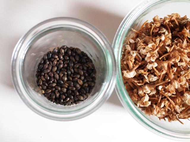 画像: 右は摘んで乾燥させておいたジャスミンの花、左は弱火でじっくり炒った麦