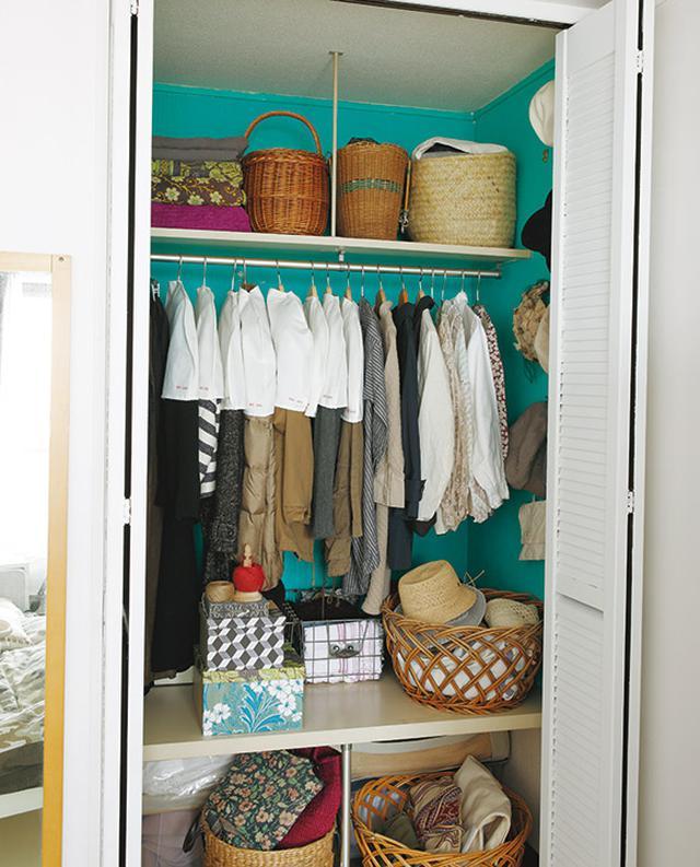 画像: 鮮やかな色合いが印象的なクローゼットには、掛けもののほか小物類をかごに分類して。そのほかは引き出しに収納