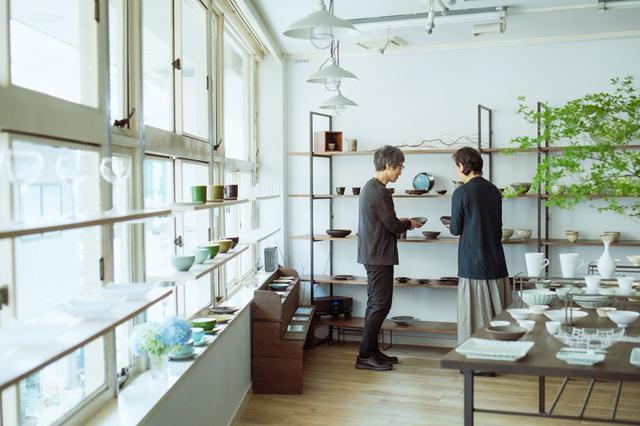 画像: 出かけた先で器を見るのも小林さん夫妻の楽しみのひとつ。日本各地のクラフトフェアに出向き、新しい作家さんとの出合いも大切にされています