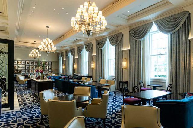 画像: 1915年のホテル開業の際には、ホテルエリアではなく列車の待合室だったという「ロビーラウンジ」
