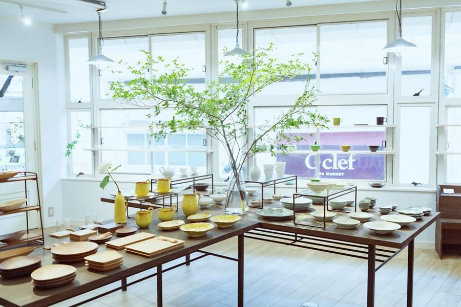 画像: 白壁を背景にシンプルな棚が並ぶ店内。その棚にゆったりと器が並べられ、落ち着いて器選びができます