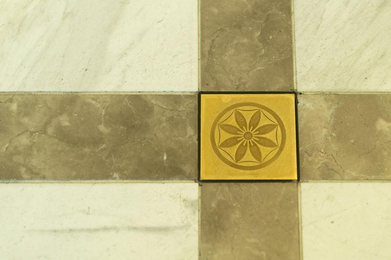 画像: ホテル床にもクレマチスのモチーフが見られる