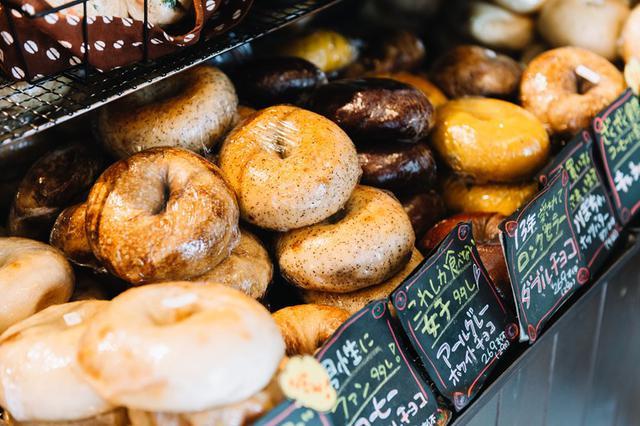 画像: ロングセラーのベーグルは、「もちもちダブルチョコ」「アールグレーとホワイトチョコ」「もちもちプレーン」「もちもち玄米」「シナモンレーズン」など