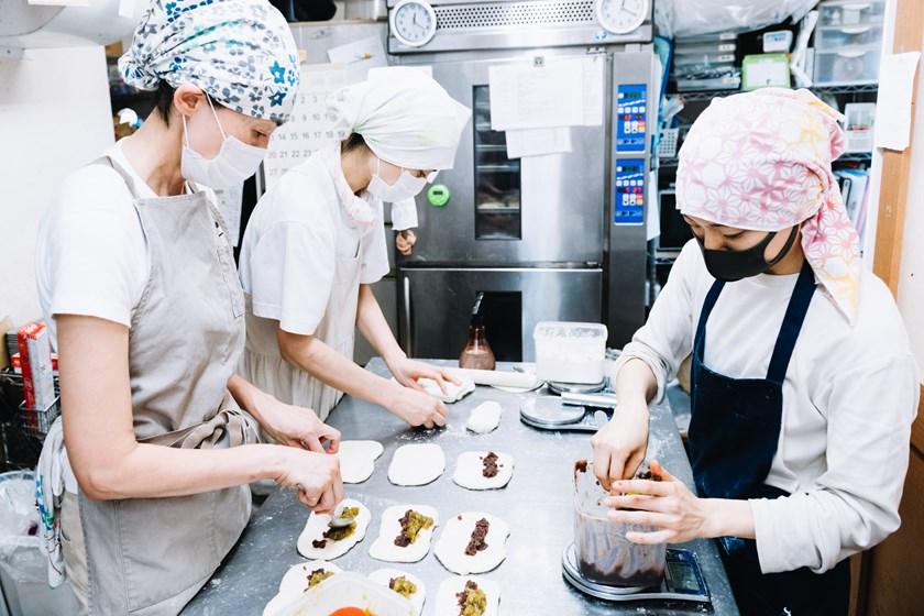 画像: 手際よくていねいに作業するスタッフたち。開店後も、どんどんベーグルをつくり足していきます