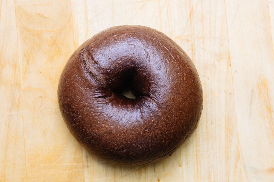 画像: ヴァローナ社のカカオを使用した「もちもちダブルチョコ」は、開店当初から人気。中にミルクチョコレートを巻き込んであり、温めて食べるとチョコが溶けて、また違ったおいしさに