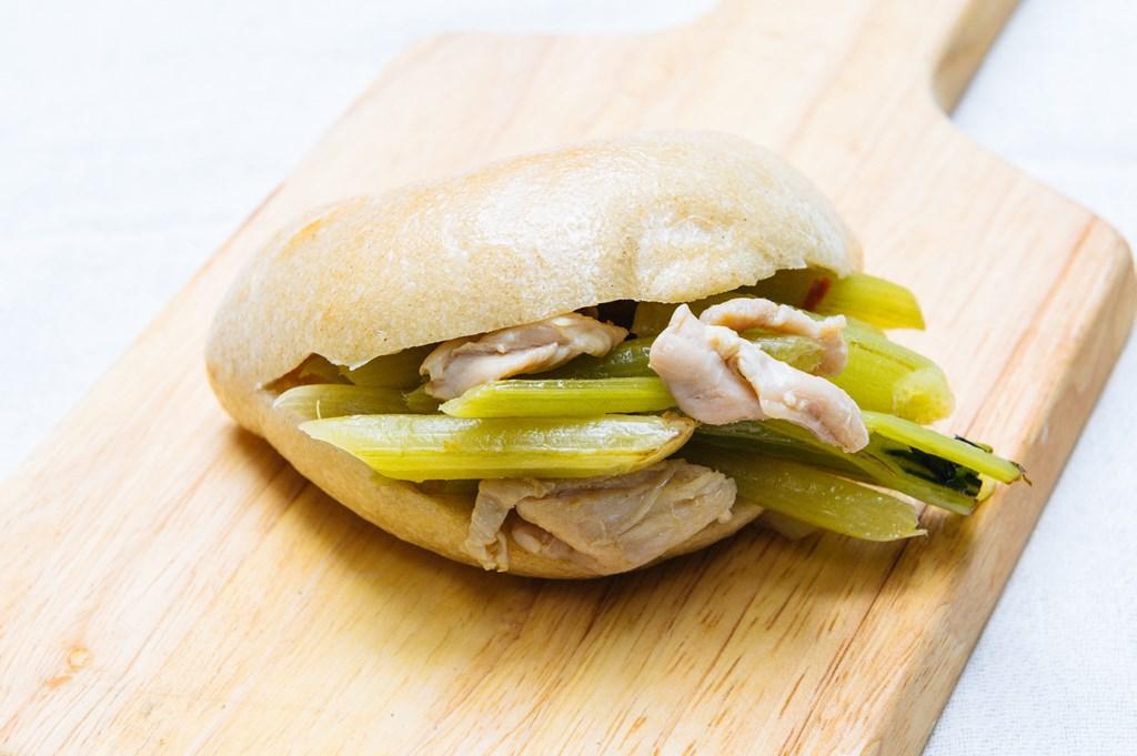 画像: ふき特有の苦みとシャキシャキ感が楽しめる「ふきと鶏肉のペペロンチーノ風サンド」(季節限定)