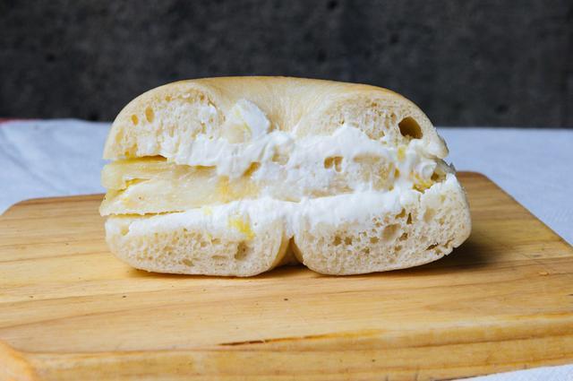 画像: 西表島の「農園ファイミール」から届く、希少なピーチパインを使った「ピーチパインサンド」(季節限定)。分厚くカットされたピーチパインは、驚くほどジューシーで香り華やか