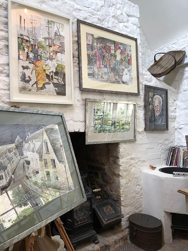 画像: 自宅の離れのデイビットさんのアトリエ。作品は、水彩で描かれたチャールブリーやインドの街並み