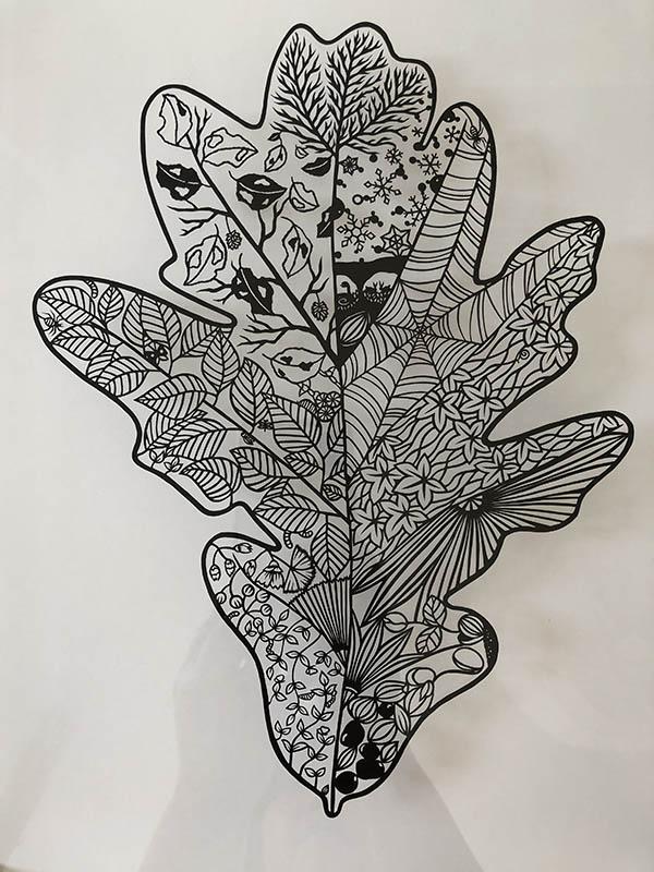 画像: 葉っぱの中に、またいろいろな葉っぱや自然が盛り込まれている繊細な作品