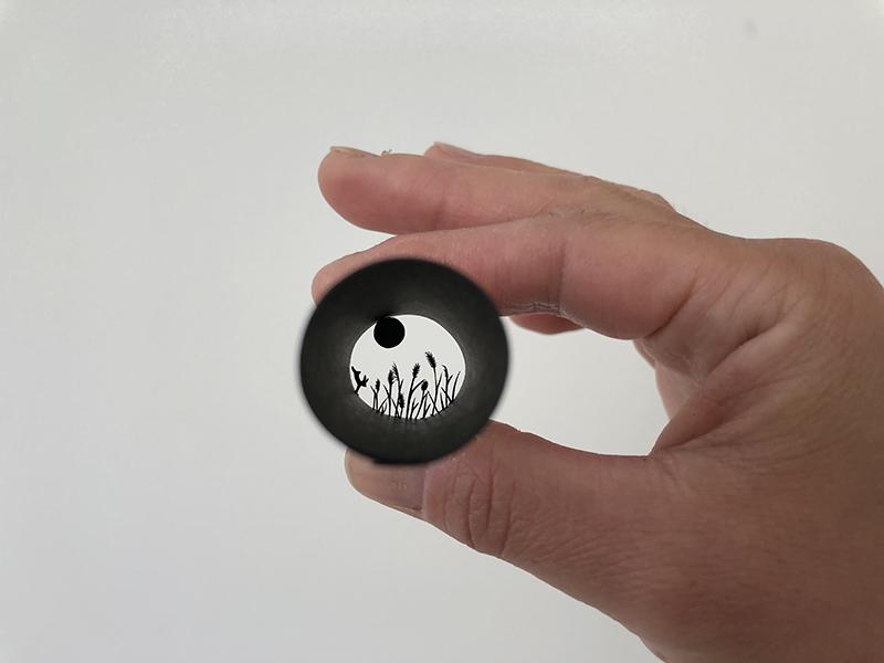 画像: こちらもみづえさんの筒状の切り絵。なつかしい日本の風景を思わせる風景です