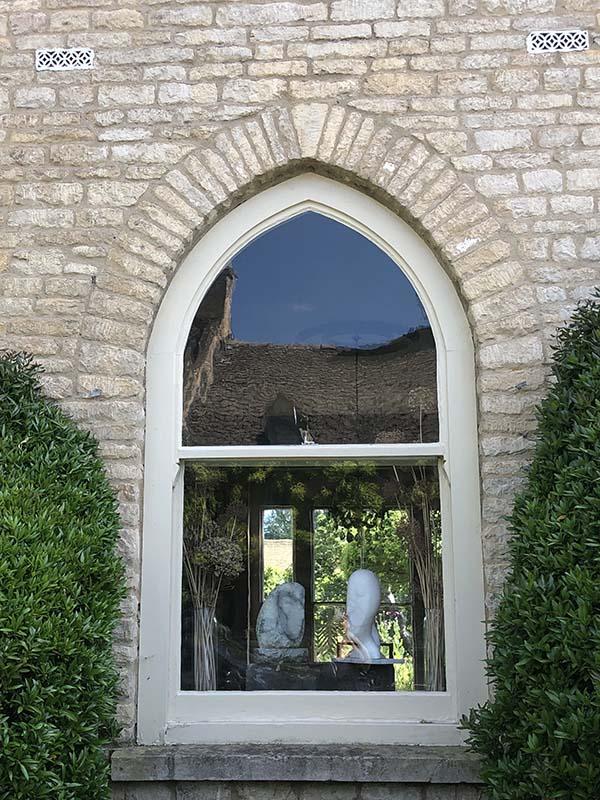 画像: 彫刻作品が飾られた、チャールブリーの村に住む彫刻家の家の窓