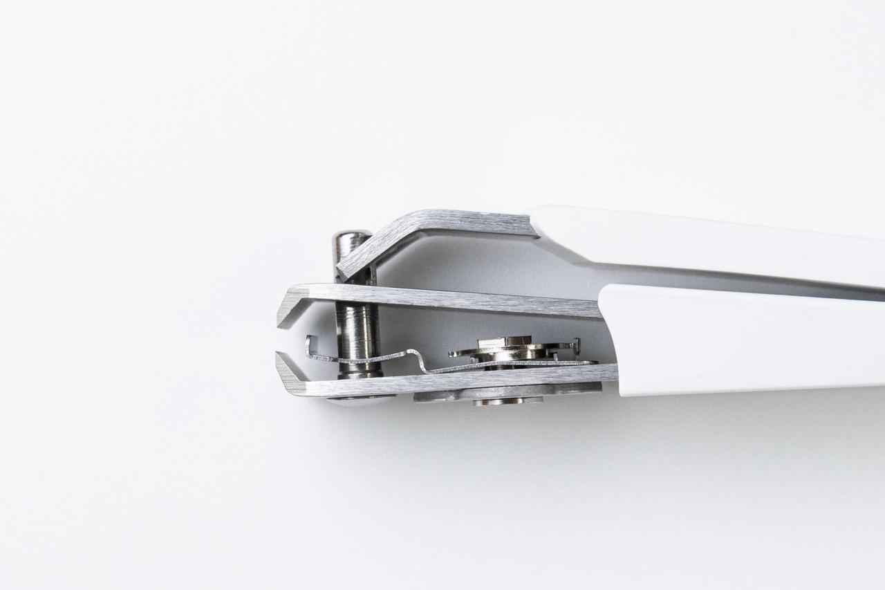 画像: 刃先の後ろのガイドが前後に動いて、カットする長さを固定する仕組み