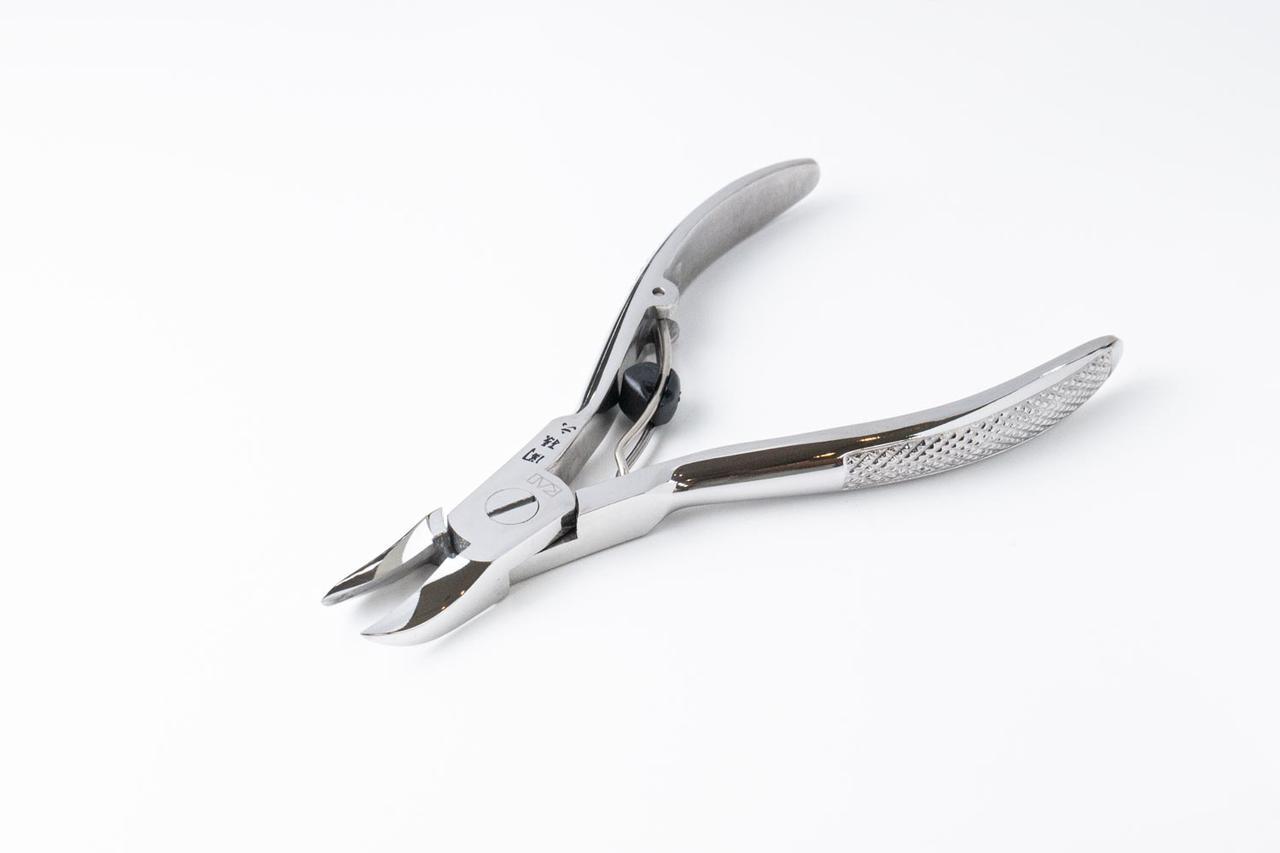 画像: テコの原理で軽い力で爪を切ることができるニッパー型は、ネイルサロンや病院で使われることも多い。足の親指などの硬い爪や厚い爪を切るのに適している