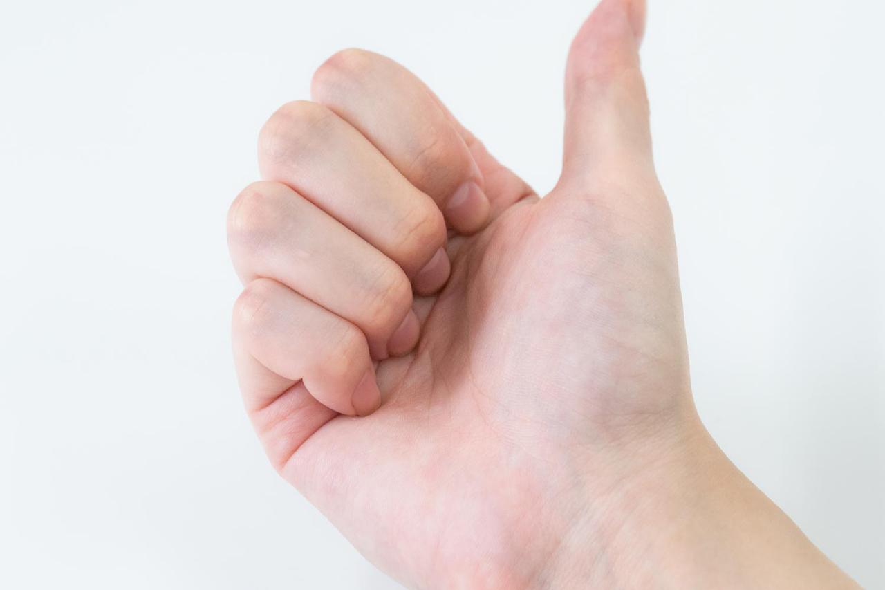 画像: 爪を立てるような感じで手を握る
