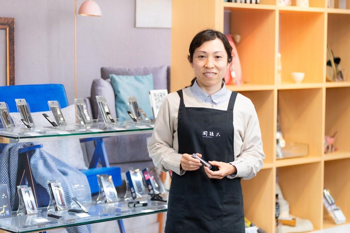 画像: 爪切りも多く手掛ける「貝印株式会社」は、社内資格制度で「ツメキリのマイスター資格」を設けている。マイスターとしての認定を受ける浅見芽生子(あさみめいこ)さん
