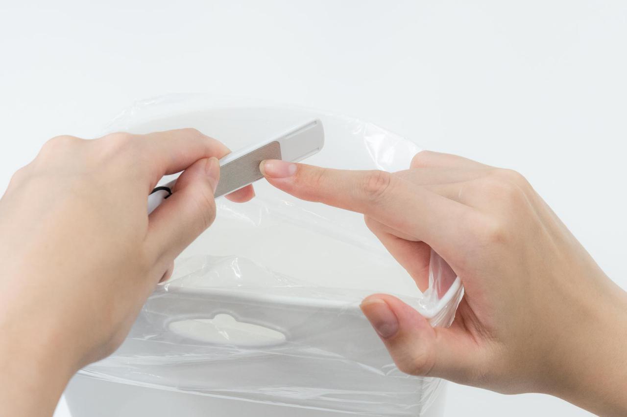画像: ごみ箱の上でかければ、削りカスの掃除が省けて一石二鳥。このときは、ごみ箱をつかんで手を固定するとやりやすい