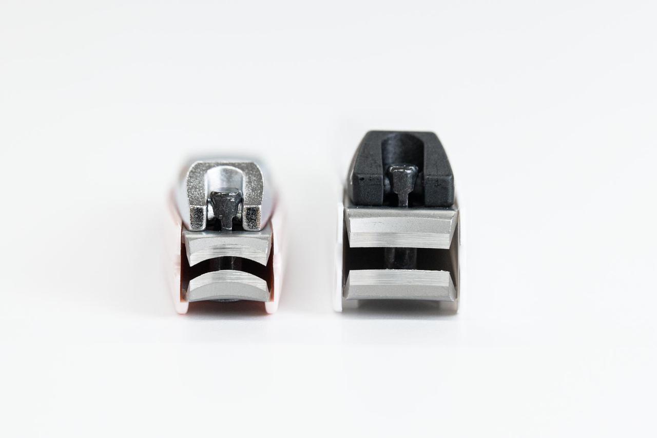 画像: 正面側も、刃先がアーチを描いている。左がアーチ刃、右はカーブ刃タイプ