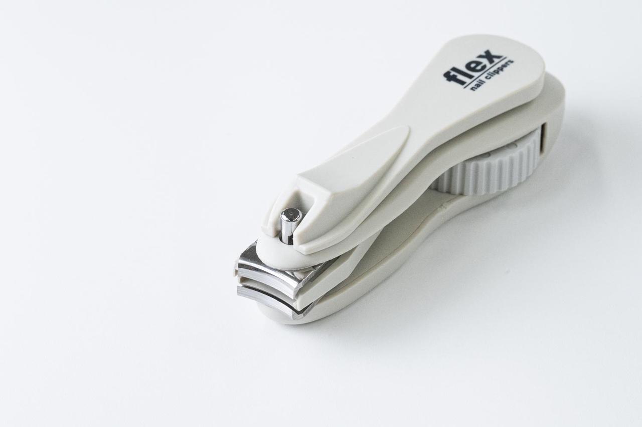 画像: 爪切り部分が動き、いろんな角度から切ることができる回転刃タイプ。好きな姿勢で爪を切ることができ、家族の爪を切ってあげる場合にも重宝する