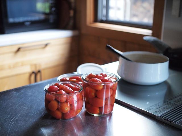 画像: 湯むきしたミニトマトをひたひたの水とキビ砂糖で少し煮てから、汁ごと瓶に入れて冷蔵庫へ。しっかり冷やして食べると最高です