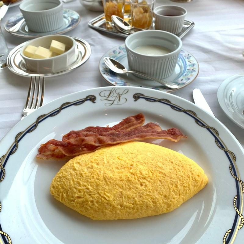 画像: ホテルの朝食。ホテルのオムレツって特別な感じがして大好き。ケチャップでハートを描いていただきました♡