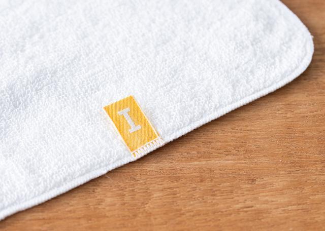 画像: タオル裏面についてる「IKEUCHI ORGANIC」の黄色いブランドタグ。このタグも、オーガニックコットンでできている